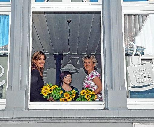 Stefanie Franosz, Praktikantin Franziska Thoma und Heidi Kuder (von links) freuen sich über die renovierten Räume des Bürgertreffpunkts im Rathauscafè.   Foto: zVg Foto: Die Oberbadische
