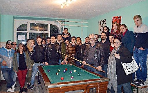 Günther Schlecht (4.v.r., vorne) und Silke Herzog (r., vorne) freuten sich mit dem JUZ-Team und den Jugendlichen über die gelungene Renovierung.   Foto: Silvia Waßmer Foto: Die Oberbadische