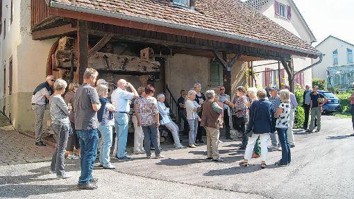 Bei der Alten Trotte in Haltingen erhielten die Teilnehmer ebenso wie an den weiteren Stationen viele Hintergründe.     Fotos: sc Foto: Weiler Zeitung