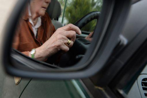 Ein älterer Autofahrer hat in Ebingen Bremse und Gas verwechselt. (Symbolfoto) Foto: dpa