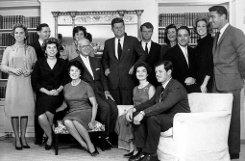 Das frisch verheiratete Paar zieht in ein Stadthaus in Georgetown. Jackie tut sich - anders als beispielsweise Roberts Frau Ethel - schwer damit, sich dem alles berrschenden Kennedy-Clan unterzuordnen. Foto: dpa