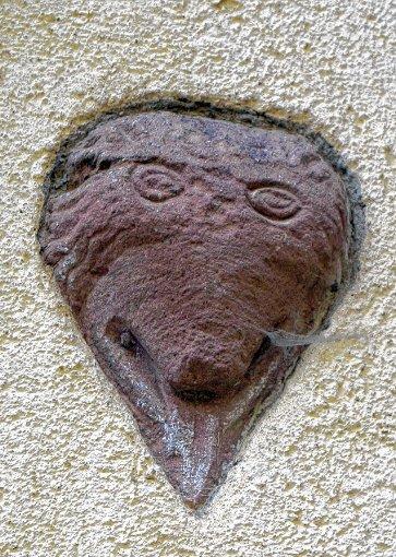 Der Wappenstein mit Bärenfratze samt herausgestreckter Zunge.   Foto: Silke Hartenstein Foto: Weiler Zeitung