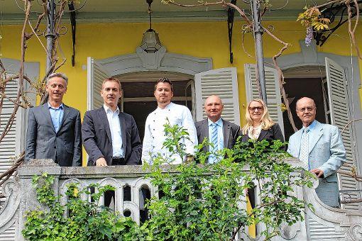 Die Vertreter der Stadt und der bbv Akademie freuen sich auf die Wiederbelebung der Villa Aichele.   Foto: Guido Neidinger Foto: Die Oberbadische