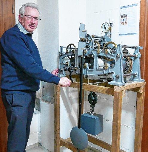 Der Eimeldinger Frieder Spohn sammelt und restauriert alte Turmuhren aus industriell gegossenem Eisen.    Foto: Jasmin Soltani Foto: Weiler Zeitung