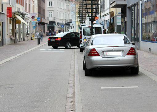 In der Grabenstraße parken nach wie vor viele Autos – oft mit ausländischen Kennzeichen – beklagte Stephan Berg in der jüngsten AUT-Sitzung.      Foto: Susann Jekle Foto: Die Oberbadische