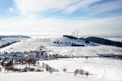 Perspektive: So könnte der Blick  vom Gersbacher Panoramaweg auf die  drei am Glaserkopf geplanten Windkraftanlage auf Hasler Gemarkung  aussehen.   Simulation: Lenné3D Foto: Markgräfler Tagblatt