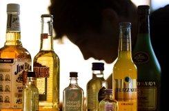bAbstinenz:/b Da Alkohol die Atemmuskulatur entspannt, erhöht sich dadurch die Wahrscheinlichkeit zu schnarchen. Wer abends Kräutertee statt Bier oder Wein trinkt, tut außerdem etwas für die Figur. Foto: dpa