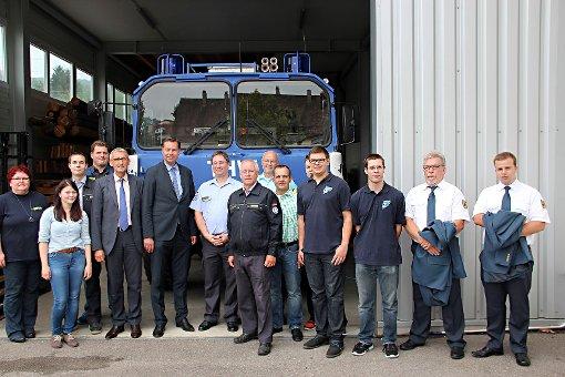 Armin Schuster (5. v.l.), Stephan Mayer (6. v.l.), Udo Rebell (7. v.l.), Brunhard Grothe (8. v.l.), Walter Nock (9. v.l.) mit weiteren THW-Vertretern vor einem THW-Fahrzeug   Foto: zVg Foto: Die Oberbadische