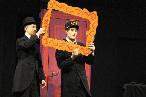 "Perfekte Pantomime zaubern ""Bodecker & Neander"" in den Burghof mit dem Stück ""Monsieur Satie"".    Foto: Gerd Lustig Foto: Die Oberbadische"