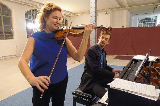 """Zum ersten Mal war das Duo Gwendolyn Masin (Violine) und Simon Bucher (Klavier) zusammen bei """"Klassik im Krafft-Areal"""" in Schopfheim zu hören.    Foto: Jürgen Scharf Foto: Markgräfler Tagblatt"""