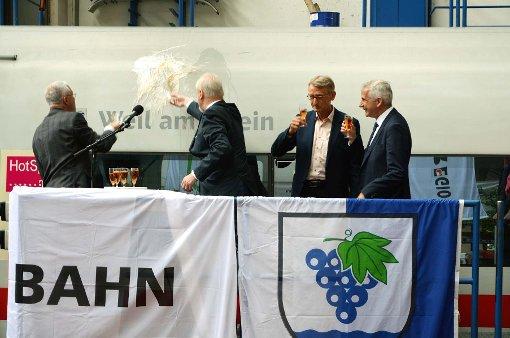 Zugtaufe mit Haltinger Sekt (von links): OB Wolfgang Dietz, Ingolf Leuschel, Armin Schuster und Sven Hantel.  Fotos: Sarah Trinler Foto: Weiler Zeitung