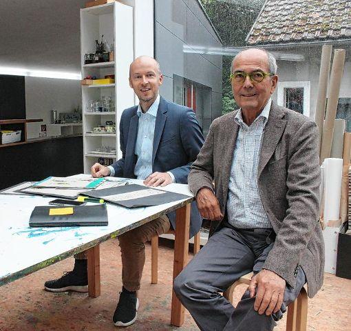 """Tim Göbel mit Hans Schöpflin (r.), der betont: """"Die Stiftung steht nicht nur auf einem Bein. Wir möchten in jedem Fall eine regionale Rolle spielen, sind aber mit unserer Fördertätigkeit auf nationaler Ebene tätig."""" Foto: Bernhard Konrad  Foto: Bernhard Konrad"""