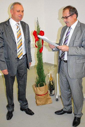 Jürgen Philipp (rechts) dankt Vermieter Mirko Meyer für die rechtzeitige Fertigstellung der Räumlichkeiten.  Foto: Markus Greiß Foto: Die Oberbadische