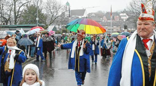 Gut beschirmt schreitet Oberzunftmeister Michael Birlin die Rheinbrückstraße hinauf   Fotos: Ulf Körbs Foto: Die Oberbadische