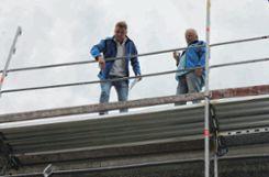 Scherben bringen Glück! Bauleiter Philipp Gersbacher (links) und Polier Norbert Dinse hielten den Richtspruch und ließen hernach das Vierteleglas (im Bild links unten)  zu Boden fallen. Foto: Die Oberbadische