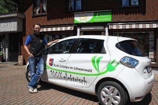 Matthias Kupferschmidt von der Schwarzwaldregion Belchen mit dem E-Car des Gemeindeverwaltungsverbands, das von Einheimischen und Feriengästen ausgeliehen werden kann.    Foto: Peter Schwendele Foto: Markgräfler Tagblatt