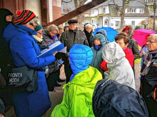Hildegard Vierhuff-Bocks hat sich mit rund 30 Interessierten auf einen literarischen Spaziergang begeben. Foto: Joachim Pinkawa