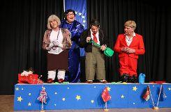 Noch spielen sie zusammen im EU-Sandkasten: Theresa May (v.l. Andreas Glattacker), Tante Ariane (Klaus Ciprian-Beha), Recep Erdogan (Stephan Vogt) und Angela Merkel (Karl-Heinz Sterzel). Foto: Kristoff Meller Foto: mek