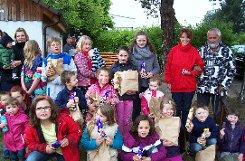 Besuch vom Osterhasen bekamen die Kinder beim Weiler C 201 mit (rechts im Bild) Jugendleiterin und Zuchtwartin Carmen Schassberger.  Foto: Weiler Zeitung
