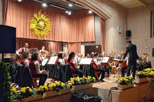 Der Musikverein Schwörstadt nahm das Publikum beim Doppelkonzert auf eine musikalische Reise durch verschiedene Länder und Zeiten mit.    Foto: Silvia Waßmer Foto: Die Oberbadische