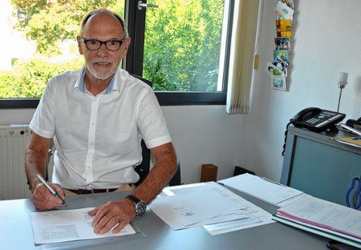 Zum letzten Mal werden die Zeugnisse unterschrieben. Für Rektor Ernst Niepmann, der mit Ablauf dieses Schuljahres in den Ruhestand tritt, ist dies kein Grund zur Trauer, denn er freut sich auf die freie Zeit.    Foto: Manfred Herbertz Foto: Die Oberbadische