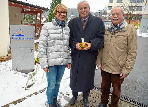 Bernd Vetter (Mitte) überreicht Susanne Wetzel und Anton Reize die Spende des Rotary-Clubs-Schopfheim-Wiesental.   Foto: zVg Foto: Die Oberbadische