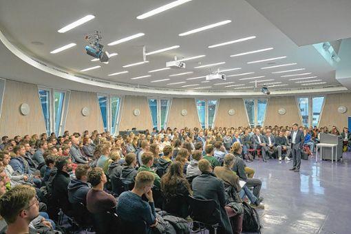 DHBW-Rektor Theodor Sproll (vorne) begrüßte die neuen Studenten. Foto: zVg/DHBW Lörrach