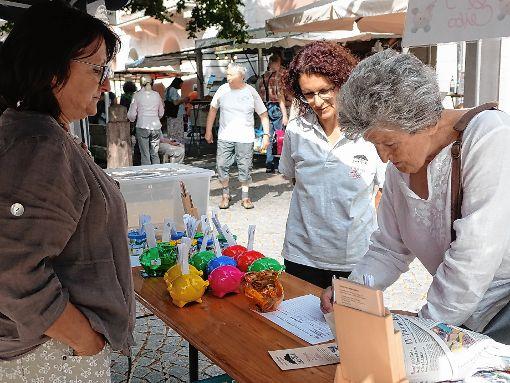"""Der Verein """"Granja El Ceibo"""" schlachtete vauf dem Marktplatz viele gut gefüllte Spenden-Sparschweinchen.   Foto: Hans-Jürgen Hege Foto: Markgräfler Tagblatt"""