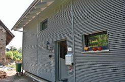 Wo früher ein Schuppen stand, wurde ein Holzhaus errichtet, Dessen Bau wurde mit 25000 Euro gefördert. Foto: Die Oberbadische