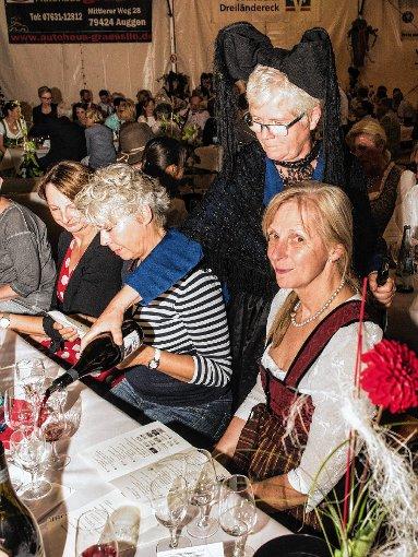 Besonderer Hingucker: Die Trachtenträger des Heimatvereins schenkten die Weine ein.               Foto: Alexander Anlicker Foto: Weiler Zeitung