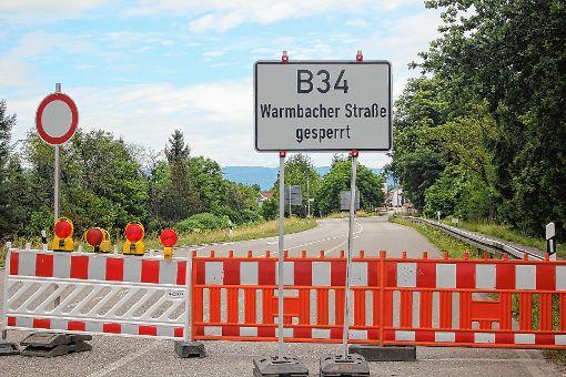 Nichts geht derzeit am westlichen Ortseingang von Warmbach. Die Warmbacher Straße ist aufgrund von diversen Bauarbeiten deutlich länger geschlossen als ursprünglich geplant. Das hat  Geschäftsleute und Einzelhändler auf den Plan gerufen.   Foto: Gerd Lustig Foto: Die Oberbadische