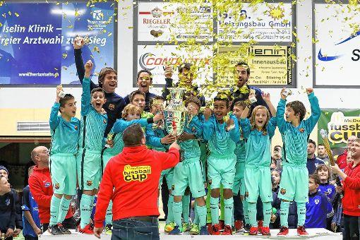 """""""Barca"""" ganz oben: Turnierchef Dominik Kiesewetter überreicht der U10 des  FC Barcelona die Trophäe   Fotos: Hubbs (4)/Bähr (3) Foto: Die Oberbadische"""