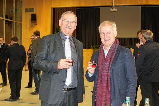 Altbürgermeister Ulrich May (links) und Schulleiter Reiner Kaiser tauschen sich bei einem Gläschen Wein aus. Foto: Alexandra Günzschel