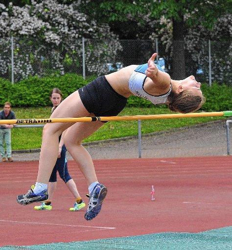 Irina Weiß (TuS Höllstein) meistert im Hochsprung 1,44 Meter. Foto: Die Oberbadische