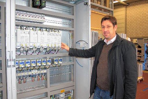 ETU-Geschäftfsührer Jürgen Bläsi an einem typischen Schaltschrank.    Foto: Werner Müller Foto: Markgräfler Tagblatt