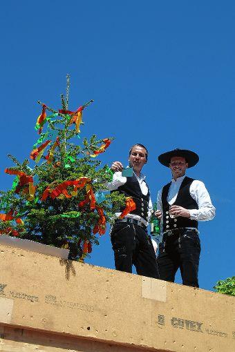 Die Zimmerleute Christian Nolte (rechts) und Jeremias Zimmermann beim Richtspruch. Foto: Markgräfler Tagblatt