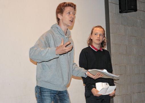 Teilnehmer der    Schreibwerkstatt bei ihrem Auftritt in der Stadtbibliothek Foto: Regine Ounas-Kräusel Foto: Die Oberbadische