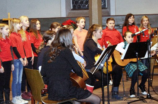 Kinderchor und Gitarren-Ensemble traten gemeinsam auf.                Foto: Buch Foto: Weiler Zeitung