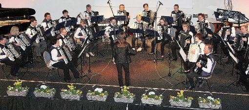 Stilistisch vielschichtig präsentierte sich das Harmonika-Orchester Kandern unter Leitung von Waltraud Sütterlin beim Jahreskonzert im BFA-Auditorium.  Foto: Walter Bronner Foto: Weiler Zeitung