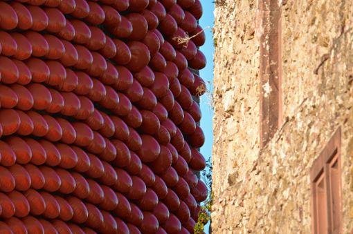 Weiches Material  trifft auf altes Gemäuer. Foto: Die Oberbadische