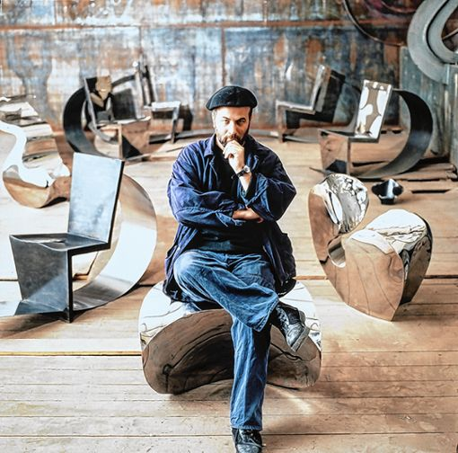 Ron Arad auf dem Sessel Big Heavy (1989), im Hintergrund der Rietveld Chair (1990) und der    Stuhl Little Heavy (1989).    Foto: zVg/Vitra Archiv Foto: Weiler Zeitung