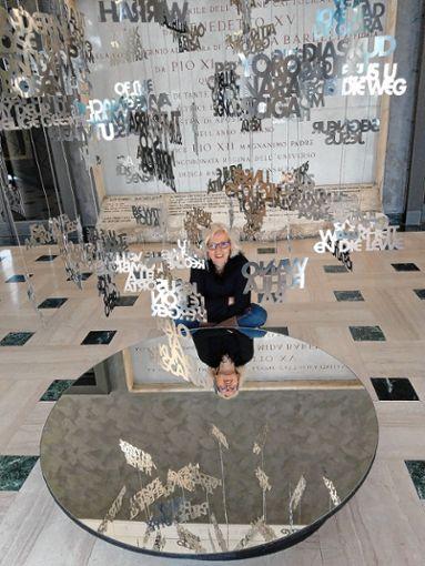 """Tanja Bürgelin-Arslan mit ihrem Kunstwerk """"Gebete aus aller Welt"""" im Foyer des """"Church Palace"""". Foto: zVg"""