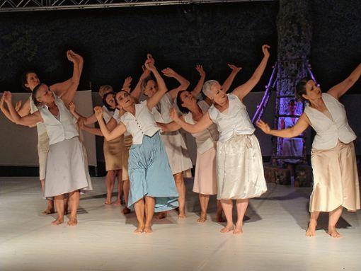 """Zwölf  Tänzerinnen von In-Zeit-Sprung8 mit """"Dona´m la Ma""""   Foto: Dorothea Gebauer Foto: Markgräfler Tagblatt"""