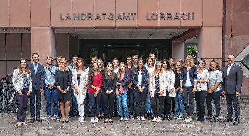 Starten in ihre berufliche Zukunft: die 19 neuen Auszubildenden des Landratsamtes mit (von links) Janina Hänggi, Ulrich Hoehler und Lisa Hugenschmidt sowie Martin Sander (rechts außen).              Foto: zVg Foto: Die Oberbadische