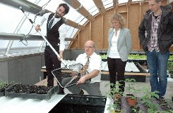 Auch Wasser wird erwärmt: Rudolf Eisl vom Ingenieurbüro Energeta zeigt eine Innovation. Foto: Die Oberbadische