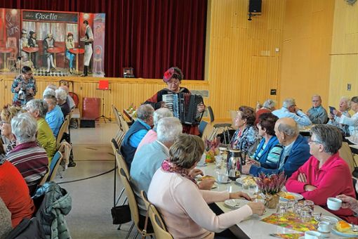 Alleinunterhalterin Gisella Höchstetter bereicherte den Begegnungstag der Binzener und Rümminger Senioren mit beschwingter Akkordeonmusik. Foto: Walter Bronner