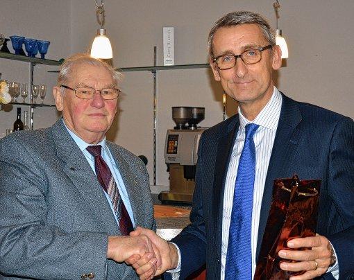 Werner Schute bedankt sich beim Bundestagsabgeordneten Armin Schuster für dessen Informationsnachmittag bei der CDU-Senioren-Union im Café Trefzger.   Foto: Georg Diehl Foto: Markgräfler Tagblatt