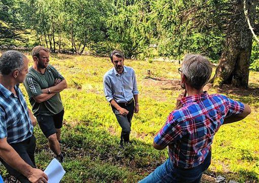 Armin Schuster (rechts) ließ sich vor Ort die aktuellen  Tücken der Landschaftspflege erläutern.   Foto: zVg Foto: Markgräfler Tagblatt
