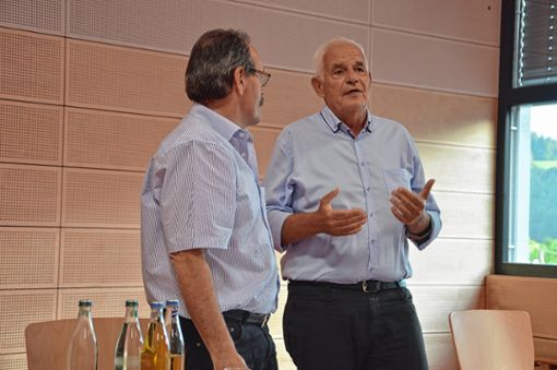 Landtagsabgeordneter Rainer Stickelberger (rechts) ließ sich von Bürgermeister Bruno Schmidt über die Gemeinde Häg-Ehrsberg informieren.   Foto: M. Rümmele Foto: Markgräfler Tagblatt