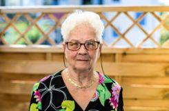 """Elisabeth Netzer auf ihrem Balkon in Stetten: """"Es geht mir gut und ich bin jeden Tag auf Achse."""" Foto: Kristoff Meller Foto: mek"""